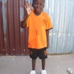 omar in oranje outfit